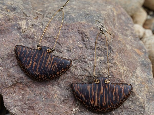 Doyenne wooden earring, simple and classic